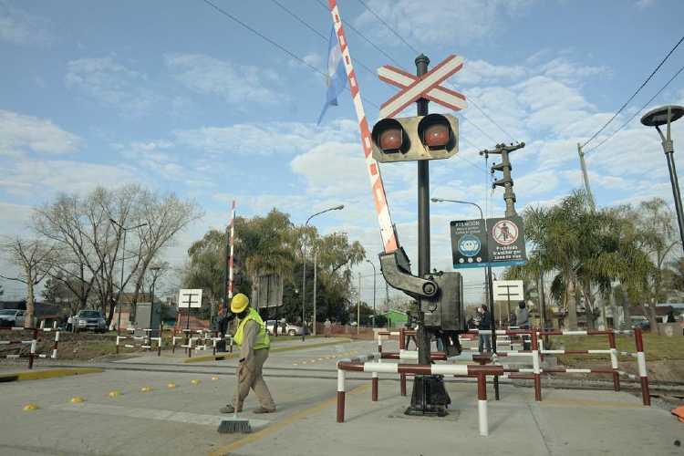 renovado paso a nivel de la calle Perú que une El Talar y General Pacheco