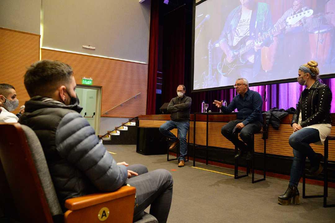 Julio Zamora reconoció a los artistas locales que actuaron en los vacunatorios municipales