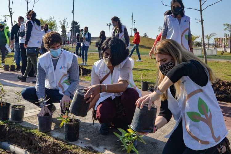"""Juan Andreotti plantó flores y árboles autóctonos junto al equipo de voluntarios """"Eco Vecinos"""""""