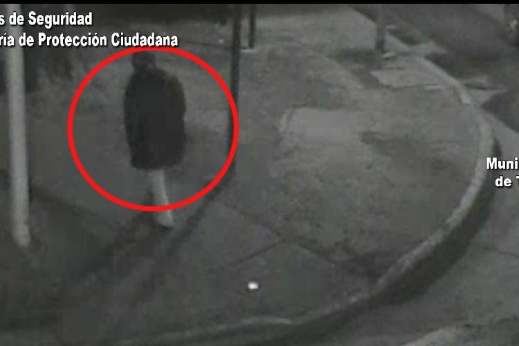 Armado con un cuchillo, intentó robar en una vivienda y las cámaras lo captaron