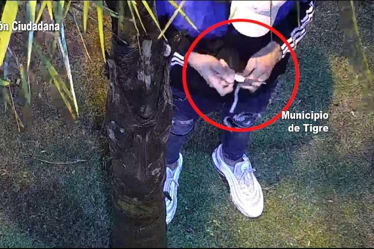 """Las cámaras de Tigre lo captaron preparando un arma """"tumbera"""" y fue detenido"""