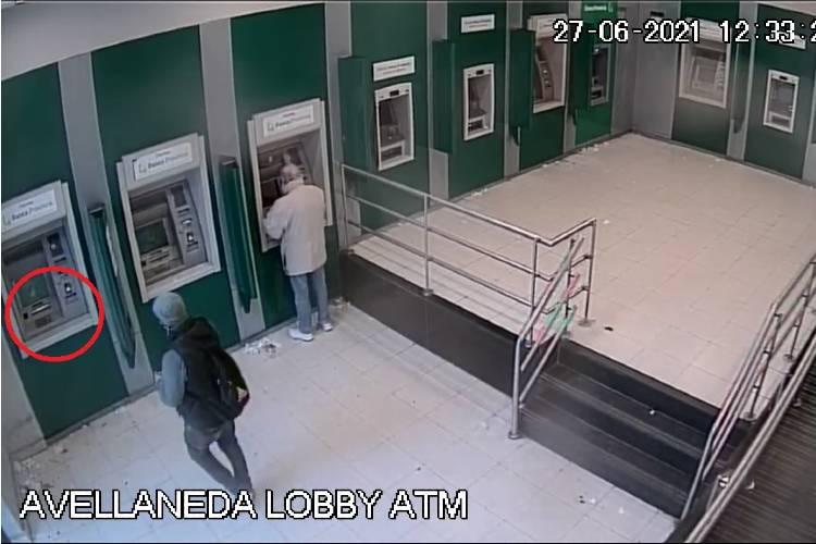 Detienen a dos hombres en San Isidro acusados de cometer estafas en cajeros automáticos