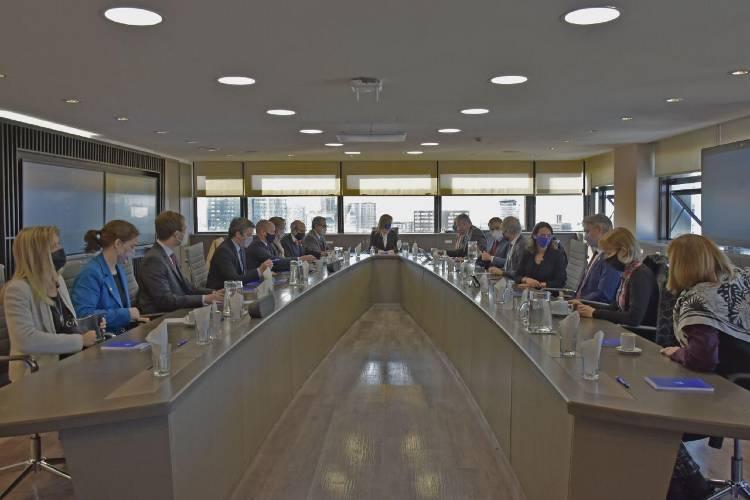 Malena Galmarini y autoridades de embajadas de todo el mundo trabajan en la agenda del futuro del agua y el saneamiento