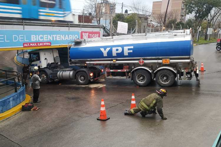 Un camión quedó atascado en el Túnel del Bicentenario en Tigre