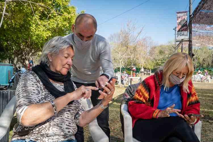 En San Isidro capacitan a los adultos mayores para usar la APP de estacionamiento medido