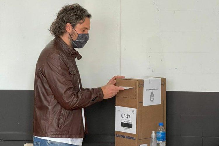 """Santiago Cafiero votó en San Isidro y dijo que las elecciones muestran que se está """"superando"""" la pandemia"""