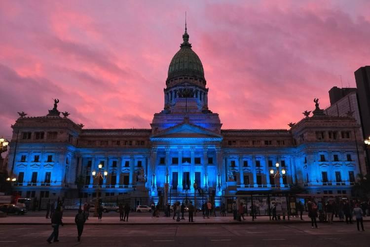 El Congreso se iluminó de azul por el día nacional de las personas sordas