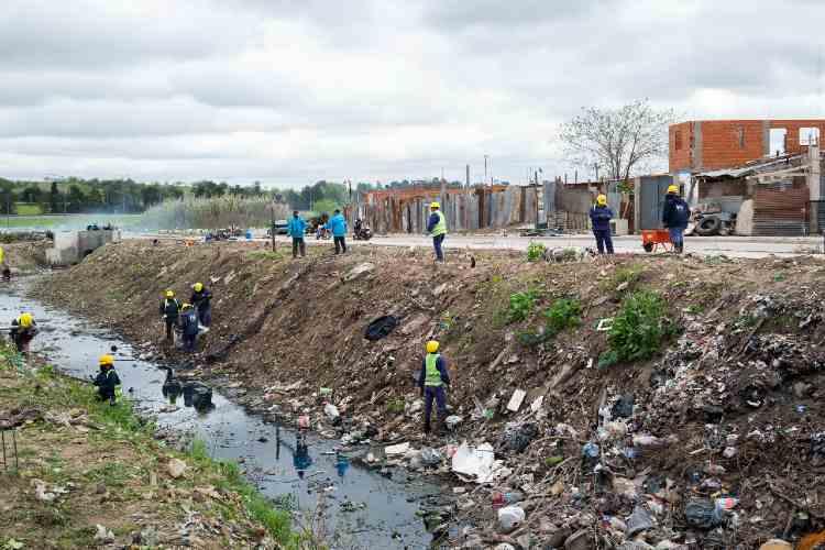 Realizan un operativo de limpieza del basural a cielo abierto y el canal Eva Perón en San Martín