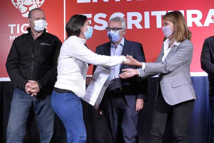 Julio Zamora y Sergio Berni entregaron escrituras a familias de Tigre