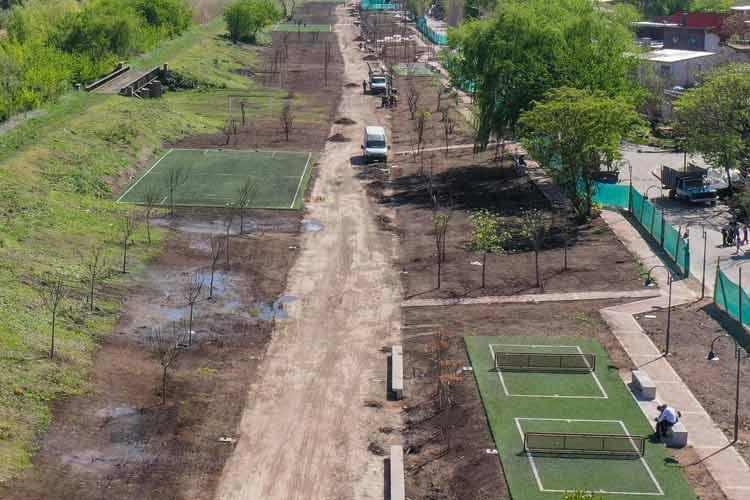 Avanza la obra del parque del barrio Fate, donde antes había un zanjón