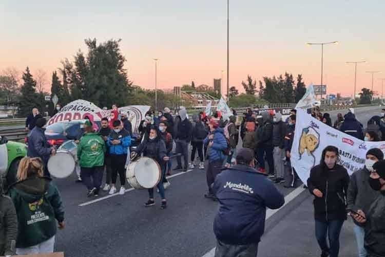 Trabajadores de Mondelez cortaron la Panamericana en reclamo por despidos