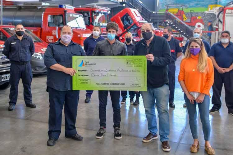 San Fernando entregó un subsidio a Bomberos para adquirir una lancha destinada a combatir incendios en el Delta